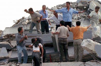 Επί μέρες τα σωστικά συνεργεία έψαχναν ζωντανούς κάτω από τα ερείπια.