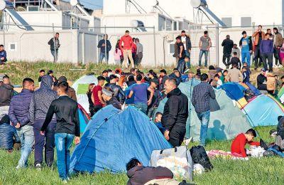 Κατασκήνωση ομάδας προσφύγων έξω από το στρατόπεδο Αναγνωστοπούλου, στα Διαβατά Θεσσαλονίκης