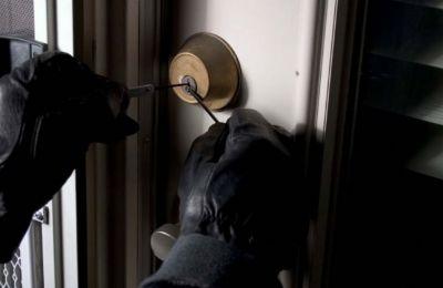 Από τις έρευνες της Αστυνομίας εντοπίστηκαν ίχνη γαντιών ενώ παραλήφθηκαν διάφορα τεκμήρια τα οποία θα σταλούν για επιστημονικές εξετάσεις