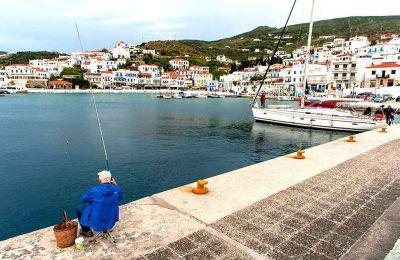 Πρωινό ψάρεμα στο λιμάνι με θέα το Μπατσί