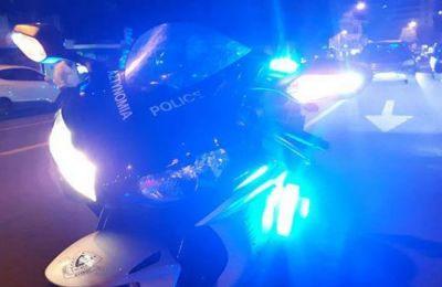 Ο οδηγός-πατέρας βγήκε από το όχημα με σκοπό να σταματήσει τον δράστη ο οποίος έριξε εκ νέου σπρέι και τράπηκε σε φυγή.