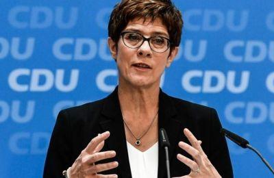 Η Ούρσουλα φον ντερ Λάιεν εξελέγη πρόεδρος της Ευρωπαϊκής Επιτροπής και άφησε κενή τη θέση της στο υπουργείο Άμυνας και η Κραμπ-Καρενμπάουερ τη διαδέχθηκε