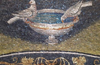 Διακοσμητικά στοιχεία στις καμάρες της Ροτόντας με βασικά θέματα τα άνθη, τα φυτά και τα γεωμετρικά μοτίβα