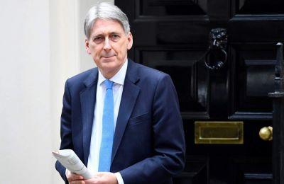 Ο Βρετανός υπουργός των Οικονομικών Φίλιπ Χάμοντ δήλωσε σήμερα ότι θα παραιτηθεί την Τετάρτη, πριν την αναμενόμενη απόλυσή του