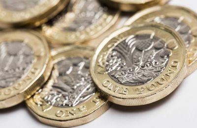 Η εξασθένηση της λίρας έρχεται σε αντίφαση με τη γενικότερη νηνεμία η οποία επικρατεί στην αγορά νομισμάτων των ανεπτυγμένων οικονομιών.