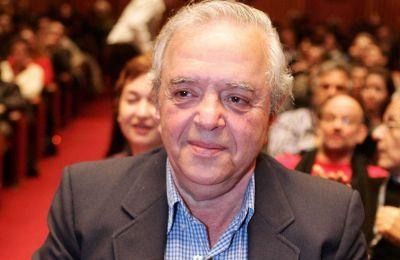 Ο Σ. Τσιώλης σπούδασε κινηματογράφο στη Σχολή Κινηματογράφου Τηλεόρασης Λ. Σταυράκου στην Αθήνα και από το 1958 δούλεψε ως βοηθός σκηνοθέτη σε 54 ταινίες, πολλές από τις οποίες της Φίνος Φιλμ