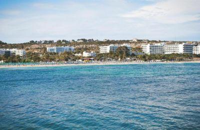 Το ξενοδοχείο είναι δυναμικότητας 222 κλινών και βρίσκεται σε απόσταση 150 μέτρα από το αλιευτικό καταφύγιο της Αγίας Νάπας.