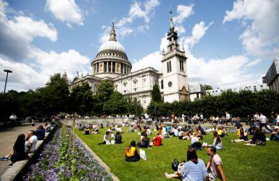 Το κλίμα της Βρετανίας καθίσταται επίσης και πιο υγρό, με 13% περισσότερες θερινές βροχές στον 21ο αιώνα σε σύγκριση με τον 20ο αιώνα.