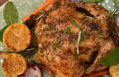 Σερβίρουμε το κοτόπουλο, κόβοντάς το σε κομμάτια μαζί με τον πουρέ