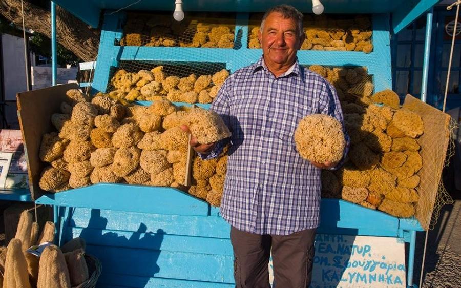 Τον κύριο Γιάννη θα τον συναντήσετε να πουλάει σφουγγάρια και κοχύλια στο λιμάνι των Λειψών. (Φωτογραφία: ΚΛΑΙΡΗ ΜΟΥΣΤΑΦΕΛΛΟΥ)