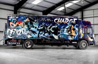 Το 1999, προσκάλεσαν τον ανώνυμο Βρετανό καλλιτέχνη στη νότια Ισπανία να ζωγραφίσει το φορτηγό Volvo