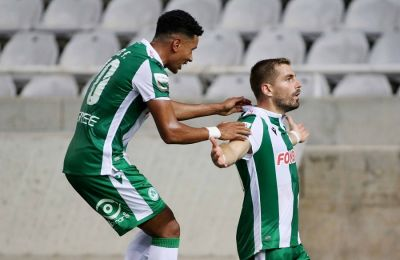 Τιάγκο και Μαυρίας πανηγυρίζουν το γκολ του Ελλαδίτη στο ματς με τη Νέα Σαλαμίνα.