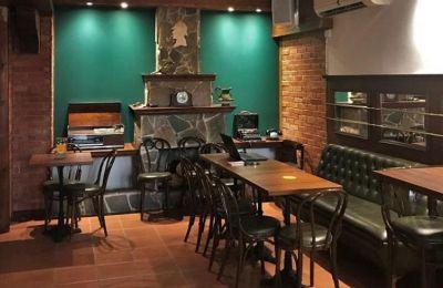 Με ατμόσφαιρα κλασικής pub, ο χώρος θυμίζει Λονδίνο με το ξύλο να υπερισχύει στην διακόσμηση, τα κόκκινα τουβλάκια και το πράσινο χρώμα στους τοίχους