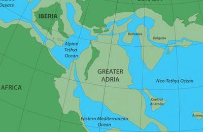 Εκτιμάται ότι σήμερα τμήματα της Αδρίας βρίσκονται σε βάθος έως 1.500 χιλιομέτρων κάτω από την επιφάνεια της Μεσογείου.