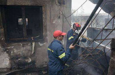 Οι φλόγες πέρασαν μέσα από τις αυλές των σπιτιών και προκάλεσαν «μικρές ζημιές εξωτερικά» σε κάποια σπίτια σύμφωνα με την Πυροσβεστική.