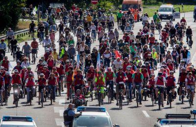 18.000 διαδηλωτές  έφτασαν στο χώρο με ποδήλατα