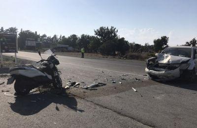 Ενώ 38χρονος οδηγούσε το αυτοκίνητο του στο δρόμο Μαζωτού – Κιτίου, κάτω από συνθήκες που διερευνώνται, αυτό συγκρούστηκε με τη μοτοσικλέτα
