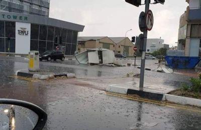 Οι πολύ ισχυροί άνεμοι που συνόδευαν την καταιγίδα στη Λάρνακα έχουν παρασύρει μεγάλα αντικείμενα (φωτογραφία: kitas weather)