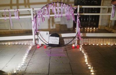 Με ένα κερί πολίτες συγκεντρώθηκαν το βράδυ του Σαββάτου έξω από τα γραφεία των ΥΚΕ για να τιμήσουν τη μνήμη του 14χρονου Στυλιανού