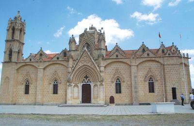 Μόνη και περήφανη, χωρίς να λυγίσει μέχρι στιγμής,ορθώνεται η Εκκλησία της Παναγίας, θαύμα γοτθικής αρχιτεκτονικής