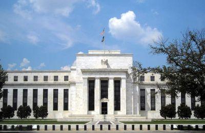 Με ενδιαφέρον αναμένουν οι επενδυτές τις αποφάσεις της Fed.
