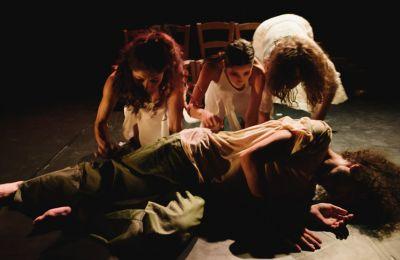 Η παράσταση «ΠαρΑλήθεια ΙΙ» παρουσιάζει τα λαϊκά παραμύθια «Ο Βους, ο Χρυσοκέρατος», «Ο Μαρμαρωμένος Βασιλιάς» και «Οι Τρεις Μοίρες» και την παραλογή του δημοτικού τραγουδιού «Της Μάνας Φόνισσας».