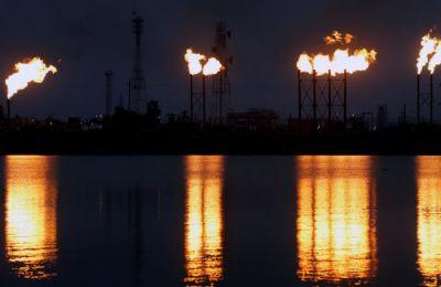 Η τιμή του πετρελαίου εκτοξεύτηκε την Δευτέρα, μετά τις επιθέσεις στις πετρελαϊκές εγκαταστάσεις της εταιρείας Aramco στη Σαουδική Αραβία, στο Αμπκάικ και το Χουράις