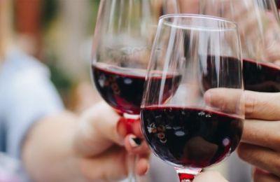 Μια μέτρια κατανάλωση αλκοόλ, και ειδικά κόκκινου κρασιού, προσφέρει αρκετά ωφελήματα στην υγεία μας