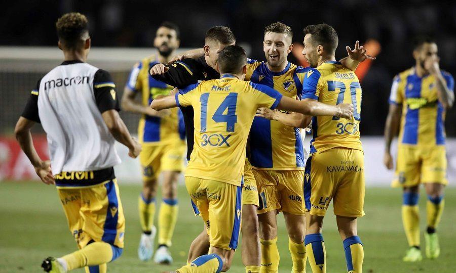 Οι ποδοσφαιριστές του ΑΠΟΕΛ πανηγυρίζουν μετά την πρόκριση επί της Καραμπάχ