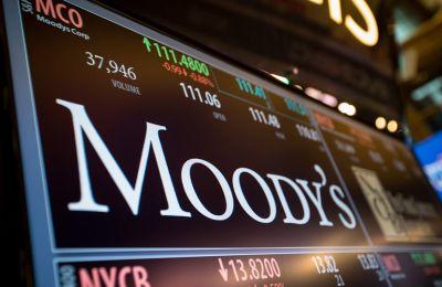 Ο Οίκος αναμένει ότι οι τράπεζες θα ολοκληρώσουν τις πωλήσεις δανείων που ετοιμάζουν.