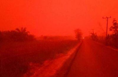 Σκηνικό... Άρη στην Ινδονησία, απόρροια της πυκνής ομίχλης από τις μεγάλες πυρκαγιές που μαίνονται στη χώρα.