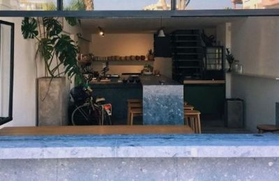 Βρίσκεται στην οδό Γλάδστωνος στη Λεμεσό, δίπλα από το αγαπημένο Cookhouse