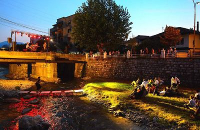 «Revolution is Us» ήταν το θέμα της φετινής μπιενάλε σύγχρονης τέχνης Autostrada, που πραγματοποιήθηκε στο Πρίζρεν του Κοσσυφοπεδίου, σε διάφορα σημεία της πόλης