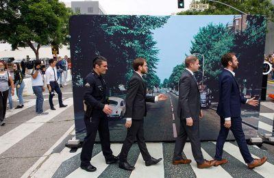 Κι ένας αστυνομικός μεταξύ αυτών που προσπαθούν να αναπαραστήσουν το εμβληματικό εξώφυλλο του άλμπουμ των Μπιτλς «Abbey Road», στο Χόλιγουντ