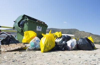Σωροί σκουπιδιών, παλιά ελαστικά και άλλα αντικείμενα συγκεντρώθηκαν κατά την εκστρατεία καθαριότητας στην κοίτη του υδατοφράκτη του Κούρη