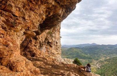 Μετά από είκοσι λεπτά πεζοπορίας μέτριας δυσκολίας, από το χωριό της Πιάνας θα βρεθείτε στη σπηλιά του Πάνα. (Φωτογραφία: ΠΕΡΙΚΛΗΣ ΜΕΡΑΚΟΣ).