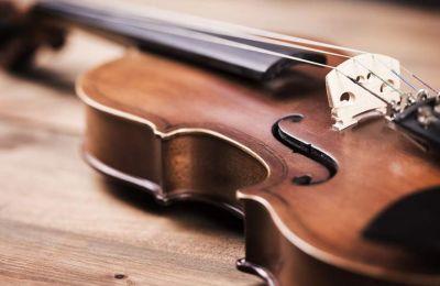 Ο σολίστας Στίβενς Μόρις εξέφρασε τη χαρά του σε μήνυμά του στο Twitter που ξαναβρήκε το βιολί «άθικτο, επιστρέφοντας στο σπίτι».