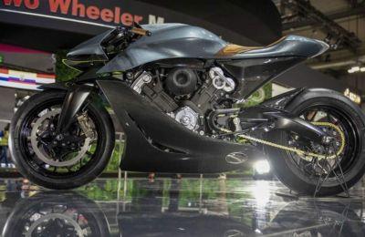 Η Aston Martin, για να κατασκευάσει τη νέα μοτοσικλέτα, συνεργάστηκε με τη βρετανική μάρκα μοτοσικλετών Brough Superior.