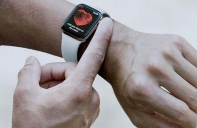 Όταν το Apple Watch ανιχνεύσει μία κίνηση που θεωρεί πως είναι πτώση, καλεί το χρήστη να κάνει tap στην οθόνη με οπτική και ηχητική ειδοποίηση για να βεβαιωθεί πως είναι καλά.