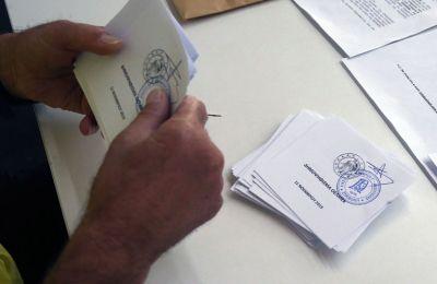 Το επίσημο αποτέλεσμα του δημοψηφίσματος αναμένεται γύρω στις 13:00 το μεσημέρι της Δευτέρας.