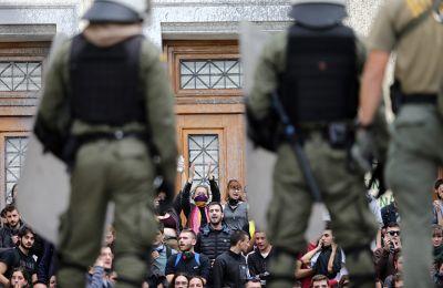 Η αστυνομία δεν έχει προχωρήσει σε προσαγωγές έως αυτήν την ώρα, ενώ παραμένει κλειστή η οδός Πατησίων.