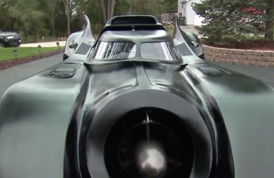Το Batmobile του ή το «Μεγάλο Μαύρο Αυτοκίνητο» όπως το αποκαλεί, μπορεί να ανυψωθεί και να κάνει περιστροφή 360 μοιρών.