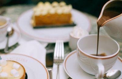 Τι πιο ωραίο να περάσεις ευχάριστα το απόγευμα σου χάλαρα σε ένα cafe, με ωραία ατμόσφαιρα αλλά προπάντος τέλεια γλυκά.