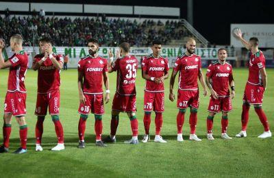 Οι ποδοσφαιριστές  της Ομόνοιας πριν τον αγώνα στο Δασάκι.