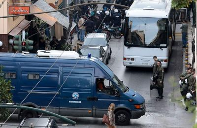Στο σημείο βρίσκονται ισχυρές αστυνομικές δυνάμεις, ενώ παραμένει αποκλεισμένη η ευρύτερη περιοχή.