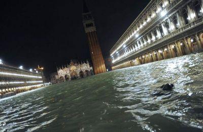 Η πλατεία του Αγίου Μάρκου βυθίστηκε κάτω από το νερό που ξεπερνούσε το ένα μέτρο, ενώ η Βασιλική του Αγίου Μάρκου πλημμύρισε για έκτη φορά μέσα σε 1.200 χρόνια.