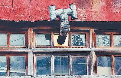 Οι φωτογραφίες του Γιώργου Θάνου είναι αυτόνομες σκηνές από την παράλληλη ιστορία των ανθρώπων της πόλης.