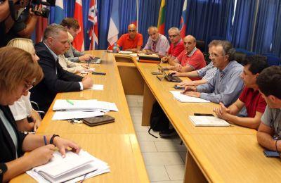 Το Υπουργείο για την ώρα τηρεί στάση αναμονής για τις πρωτοβουλίες της ΟΕΛΜΕΚ αλλά και των μαθητών.