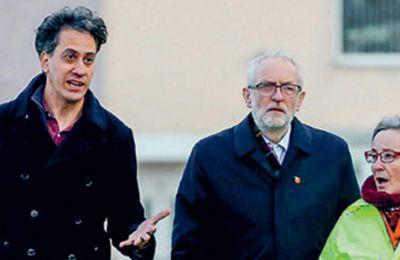 Ο Κόρμπιν και ο βουλευτής των Εργατικών Εντ Μίλιμπαντ, σε συνάντηση με πλημμυροπαθείς, στο Μπέντλεϊ.