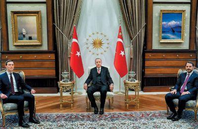 Ο Τούρκος πρόεδρος Ρετζέπ Ταγίπ Ερντογάν, ο γαμπρός του και υπουργός Οικονομικών, Μπεράτ Αλμπαϊράκ (δεξιά), και ο γαμπρός του Ντόναλντ Τραμπ, Τζάρεντ Κούσνερ, στην Αγκυρα, τον περασμένο Φεβρουάριο
